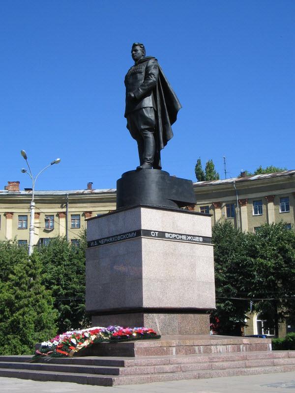 Памятник И. Черняховскому