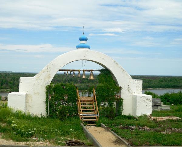 Звонница рядом с Усть-Медведицким Спасо-Преображенским монастырем