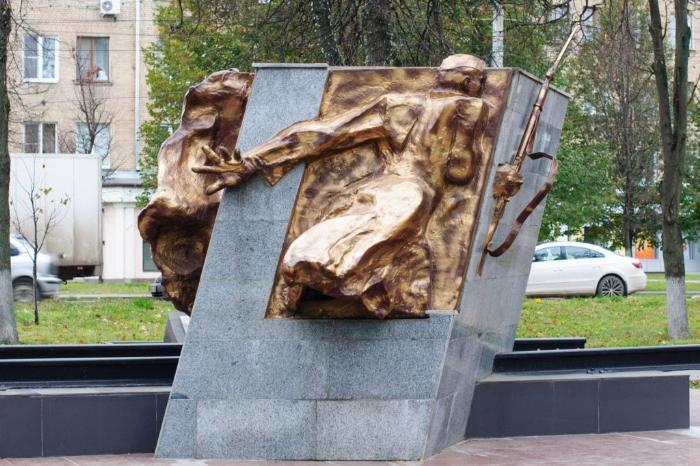 "Скульптурная композиция ""Солдаты, ушедшие на фронт"""