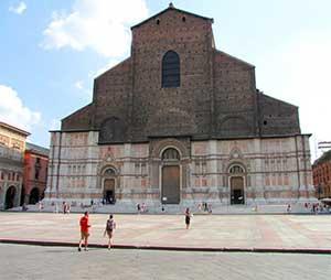 базилика Святого Петрония также является известной достопримечательностью Болоньи