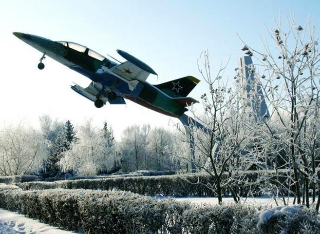 Памятник самолёту Л-39