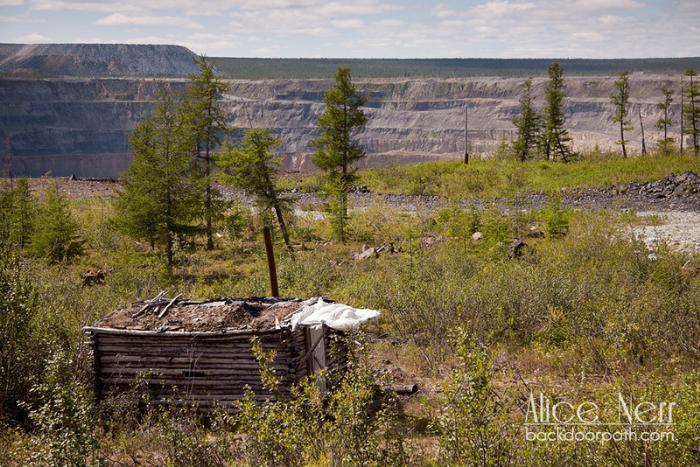 избушка геологов из 50-х и карьер на заднем плане
