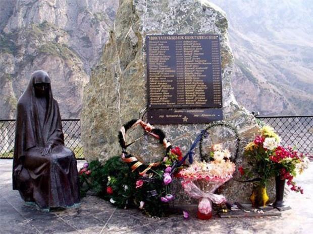 Памятная доска в месте, где под лавиной погибла съёмочная группа Сергея Бодрова, Владикавказ